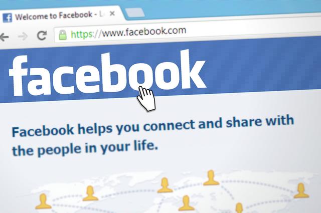Pointer hovering over Facebook logo on a computerscreen
